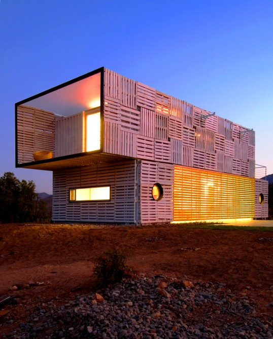 container-home-covered-in-pallets