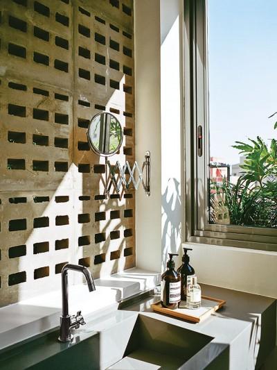 jardins-party-perforated-concrete-blocks-bathroom