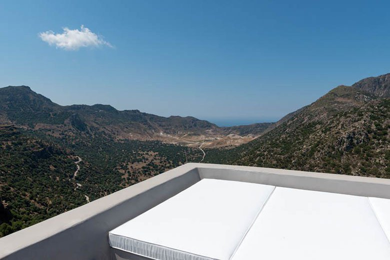 this-17th-century-home-in-greece-got-updated-with-beautiful-contemporary-renovations-3