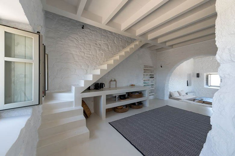 this-17th-century-home-in-greece-got-updated-with-beautiful-contemporary-renovations-4