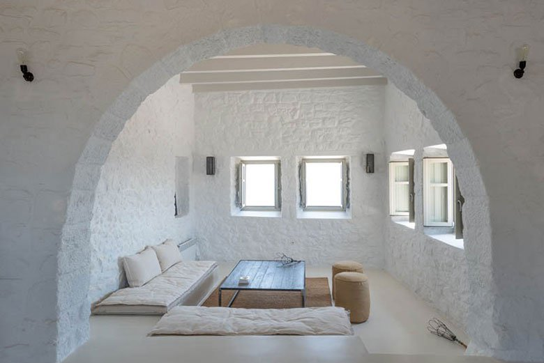 this-17th-century-home-in-greece-got-updated-with-beautiful-contemporary-renovations-6