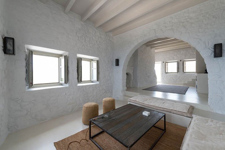this-17th-century-home-in-greece-got-updated-with-beautiful-contemporary-renovations-7