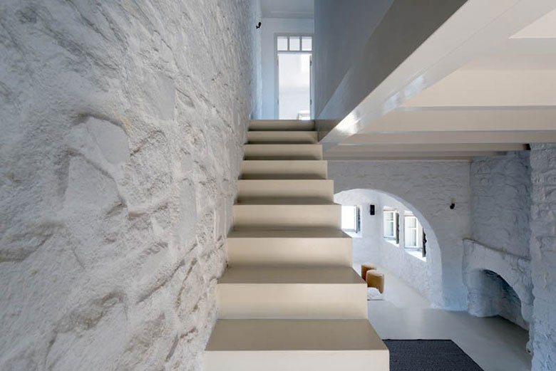 this-17th-century-home-in-greece-got-updated-with-beautiful-contemporary-renovations-8