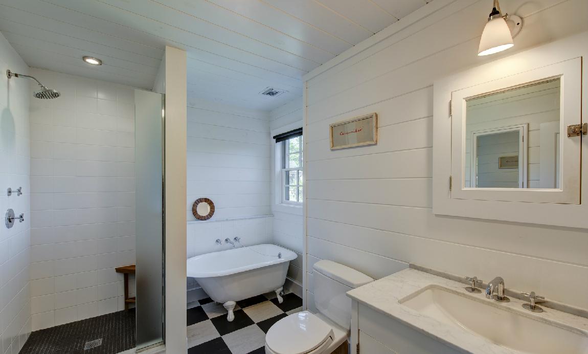 Το μπάνιο διαθέτει ντουζιέρα και μπανιέρα