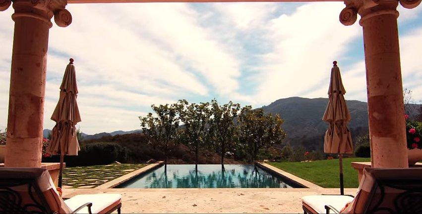 Και φυσικά έχει πισίνα με θέα