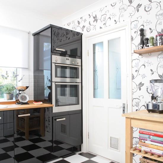 Σε ασπρόμαυρη κουζίνα είναι προτιμότερο να χρησιμοποιήσετε ταπετσαρία στους ίδιους τόνους