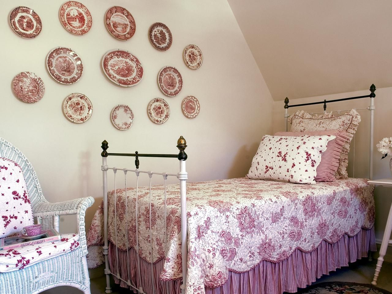 beautiful-vintage-attic-bedroom-for-girl-with-chic-vintage-decorative-wall-plates-over-the-bed