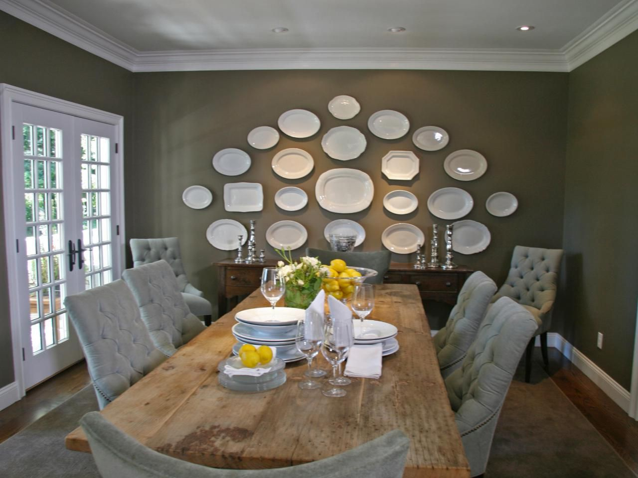 mesmerizing-long-dining-room-with-exquisite-white-decorative-plates-on-mud-green-colored-wall