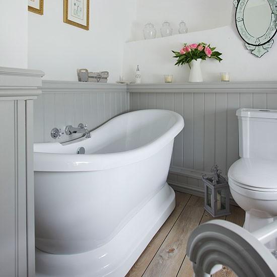 Ακόμα και αν είναι το μπάνιο λευκό και γκρι λίγα λουλούδια και μερικά κεριά κάνουν τη διαφορά