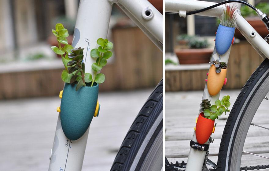Στόλισε το ποδήλατο με μικρό βαζάκι και λουλούδι