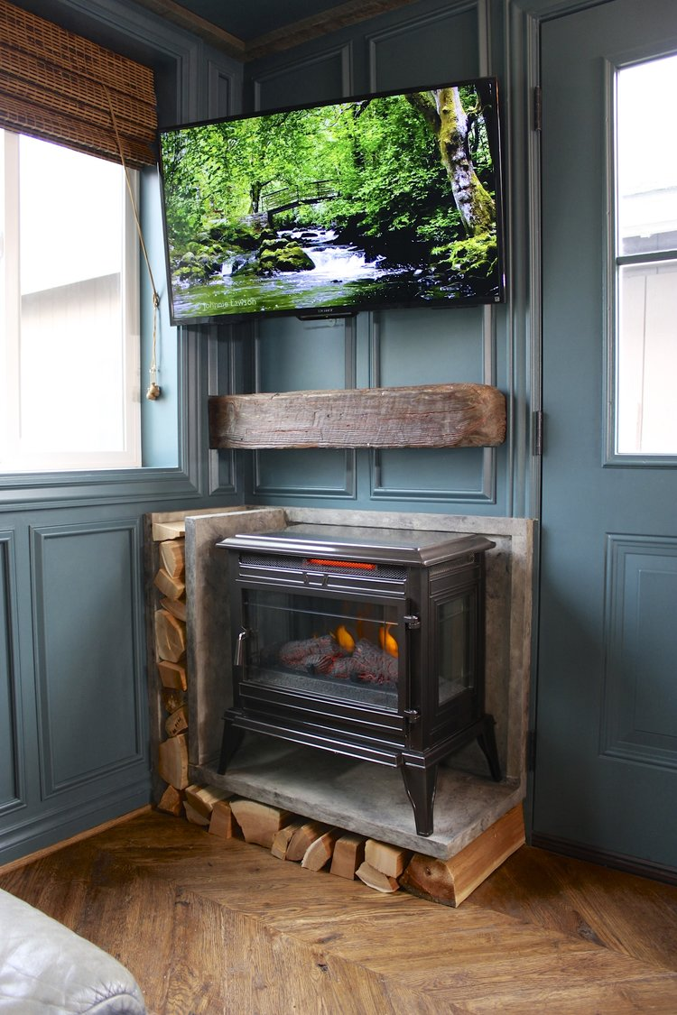 1484763208-tiny-house-fireplace