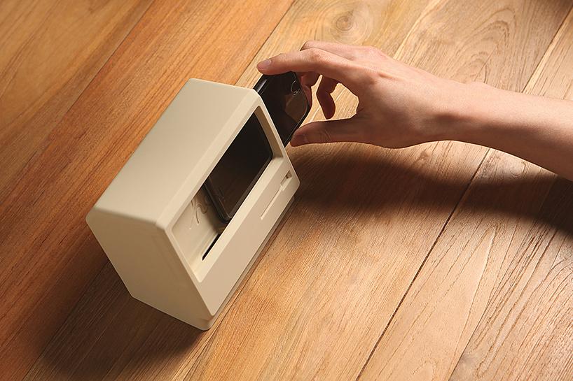 elago-m4-iphone-stand-vintage-macintosh-computer-designboom-02