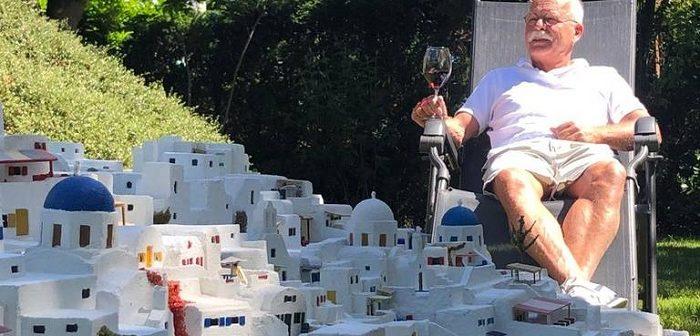 Ολλανδός που ανυπομονεί να επισκεφτεί ξανά την Ελλάδα φτιάχνει μακέτα της Σαντορίνης στον κήπο του!