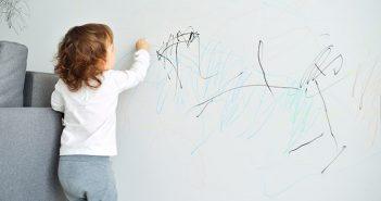 Λερώνουν τα παιδιά σας τους τοίχους; Ο πιο εύκολος τρόπος να απαλλαγείτε από τους λεκέδες!